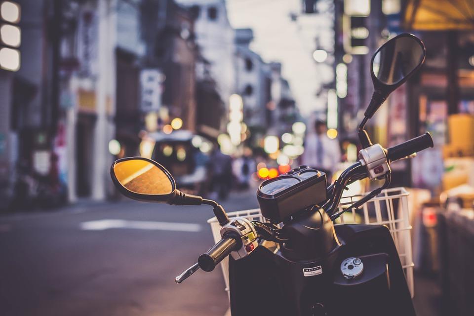 photo d'un scooter circulant de nuit en ville
